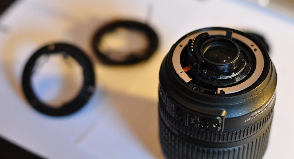 Un objectif de reflex endommagé (image d'illustration)