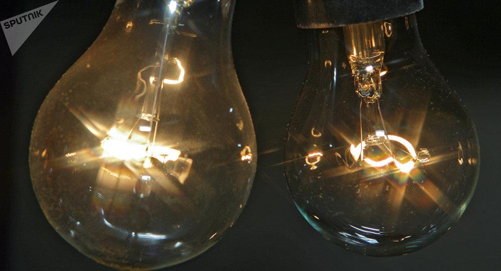 Hausse des tarifs de l'électricité : deux associations en appellent à Macron