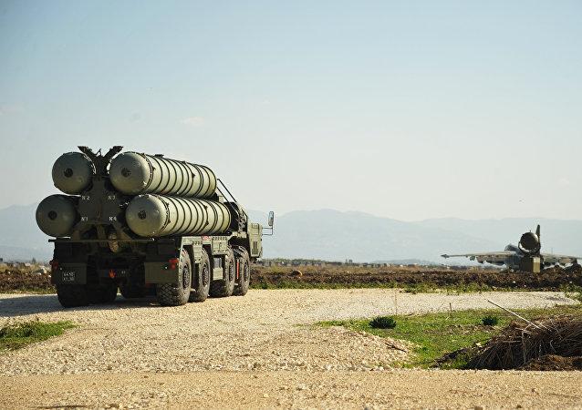 Le système S-400 dans la base russe de Hmeimim en Syrie