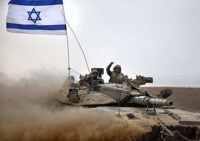Soldats israéliens à bord d'un char Merkava