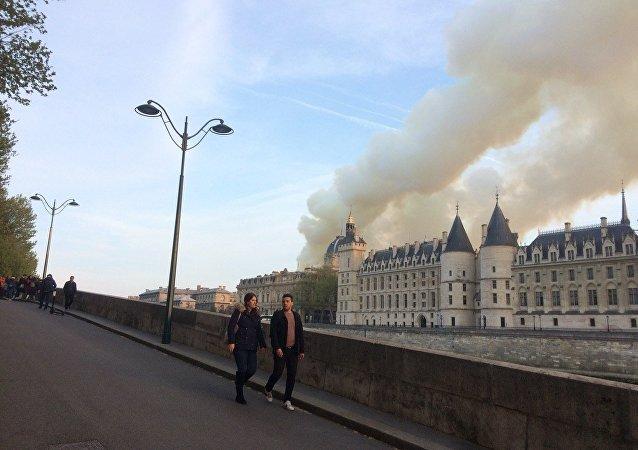 La cattedrale di Notre-Dame de Paris in fiamme