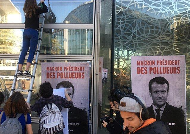 De nombreux activistes mènent des actions contre «la République des pollueurs», à La Défense, le 19 avril 2019