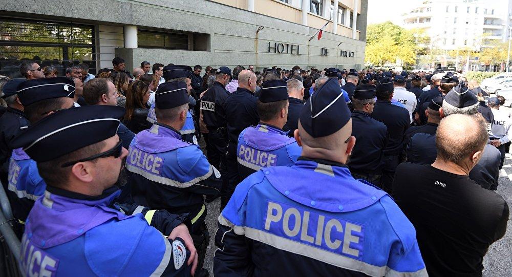 policiers rassemblés le 19 avril dans le silence devant l'hôtel de police de Montpellier où s'est suicidée la veille l'une de leur collègue