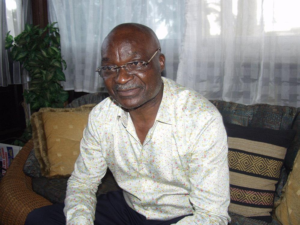 Roger Milla, dans sa résidence de Yaoundé, nous relate avec enthousiasme des anecdotes de sa riche carrière.