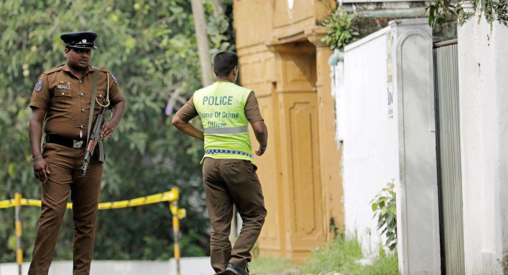 Un policier sri-lankais entre dans le motel où le kamikaze a fait exploser son engin le 21 avril