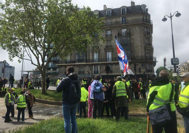Les Gilets jaunes aux abords de Radio France lors de l'acte 24
