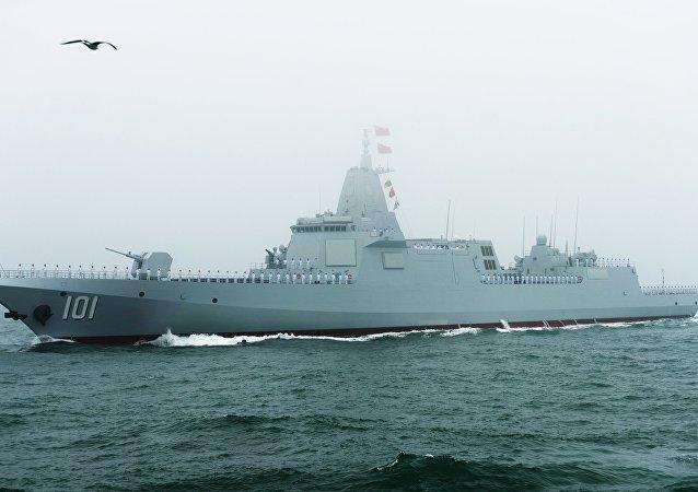 Le destroyer chinois le Type 055 lors du défilé en l'honneur du 70e anniversaire de la Marine chinoise