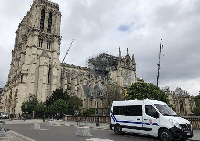 Une voiture de police devant la Notre-Dame de Paris en avril 2019