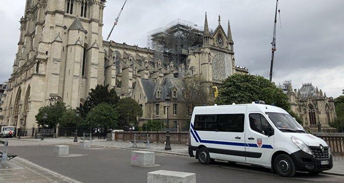 Une voiture de police devant Notre-Dame de Paris en avril 2019