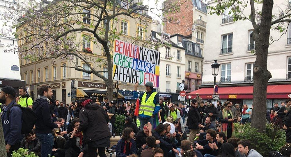 Manifestation à l'occasion du premier anniversaire de l'Affaire Benalla, place de la Contrescarpe à Paris