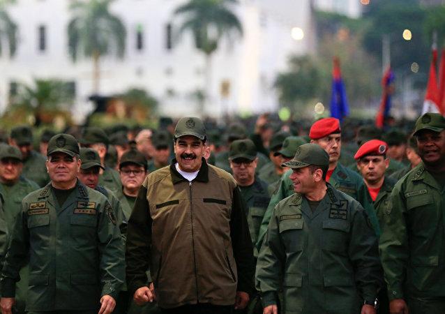 Nicolas Maduro en tête de la marche des militaires à Caracas