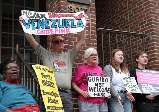 Des manifestants en face de l'ambassade du Venezuela à Washington