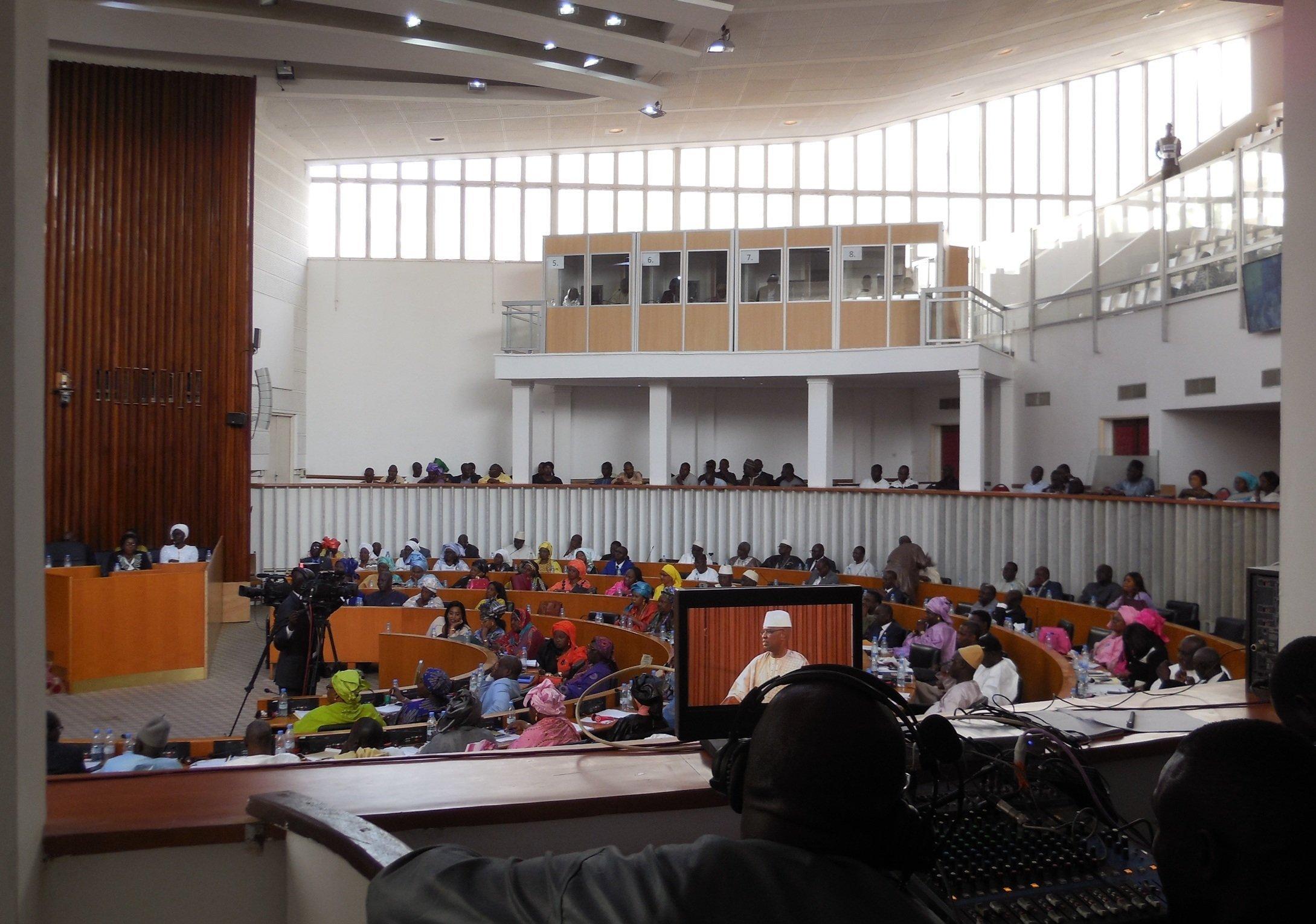 Des députés participent le 4 mai 2019 à Dakar, lors des débats sur le projet de loi visant à supprimer le poste de Premier ministre au Sénégal