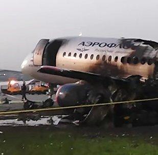 Le fuselage carbonisé du Sukhoi Superjet 100 à l'aéroport de Chérémétiévo