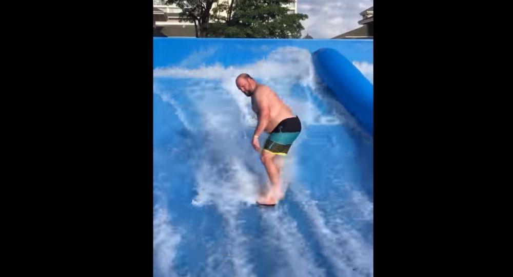 Lorsqu'un homme essaie un simulateur de surf pour la première fois, rien n'est simple