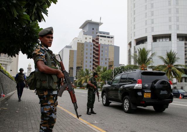 Des militaires patrouillents à Colombo, capitale du Sri Lanka, le 27 avril