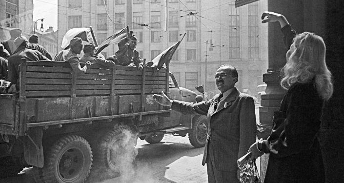 Les habitants de Prague saluent les soldats soviétiques