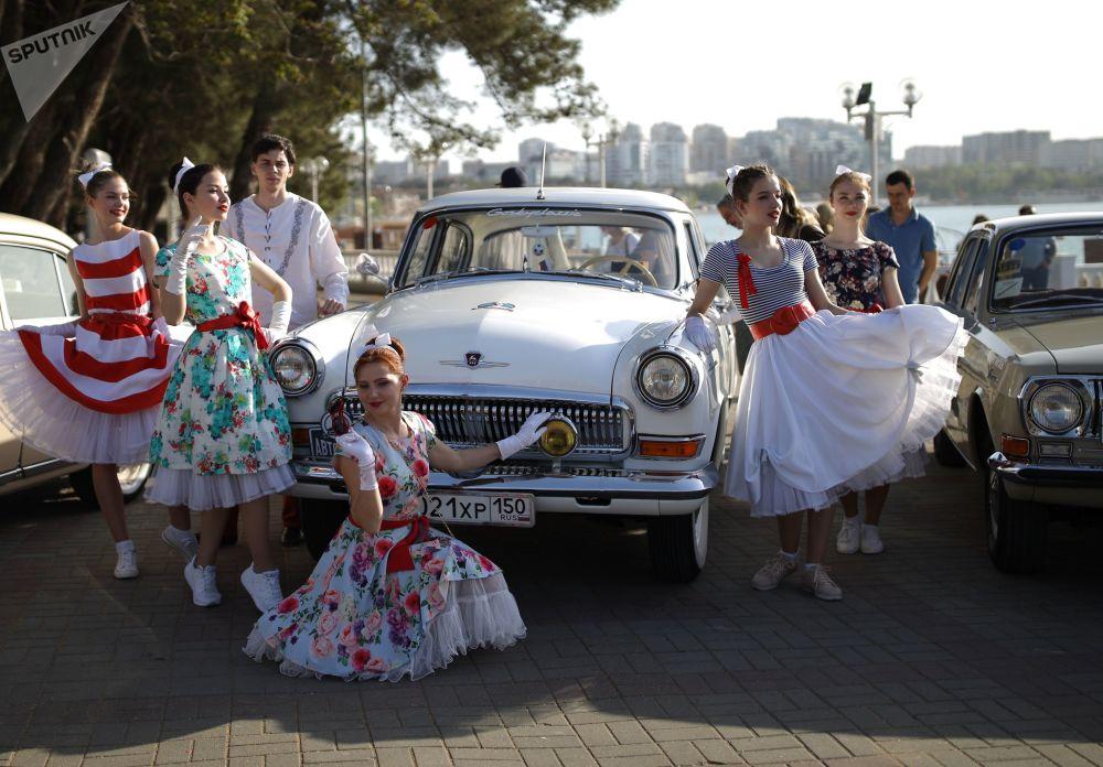 Sur le pont de Crimée en véhicules anciens
