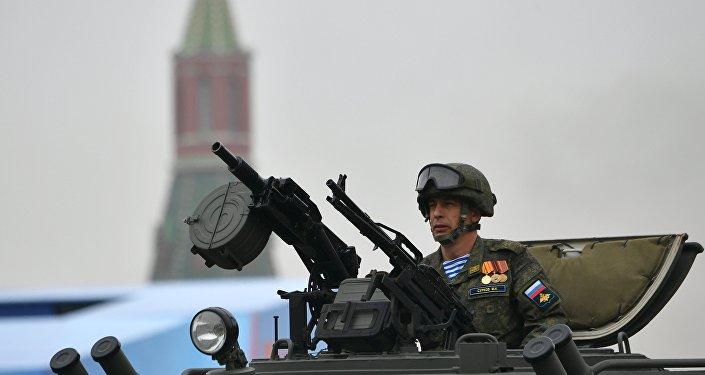 Un militaire dans le véhicule blindé Tigr-M