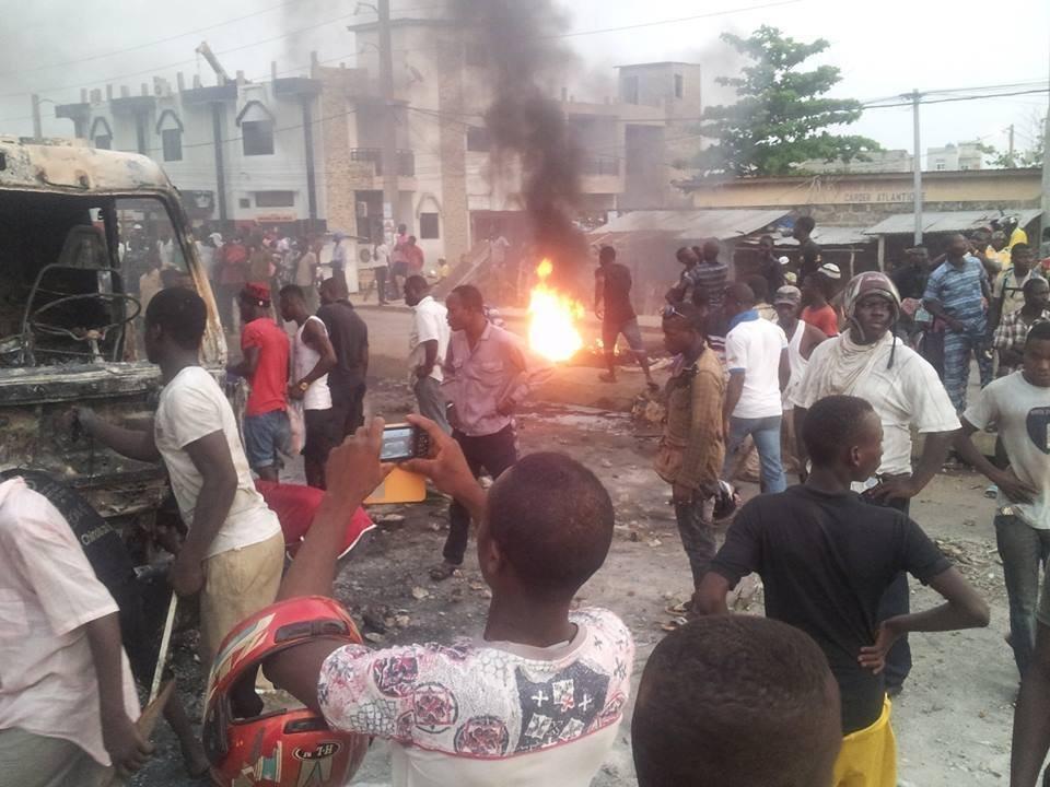 Véhicule incendié par des manifestants au quartier Cadjehoun, à Cotonou, le 3 mai