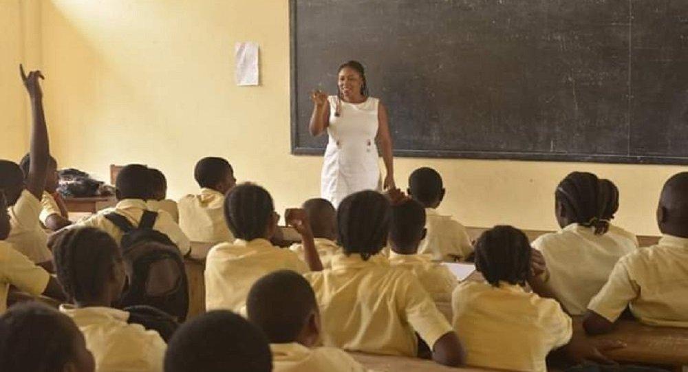 Danielle Akini à l'occasion de l'une des séances de partage d'expérience avec des jeunes scolarisés.