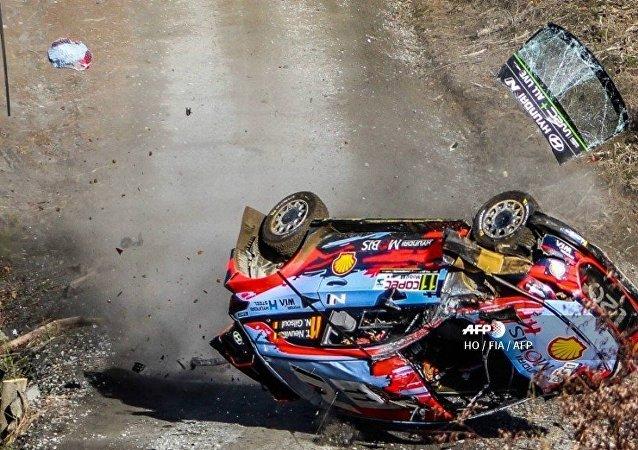 le crash de la Hyundai de Thierry Neuvilleors lors d'un rallye au Chili