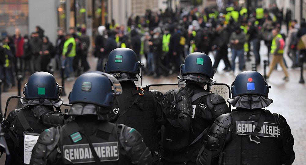 Pourquoi un gendarme a-t-il mis en joue un conducteur lors d'une manif à Nantes? (vidéos)