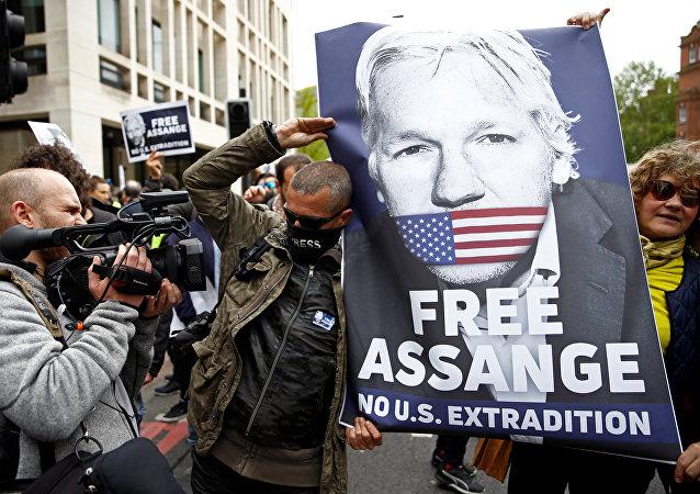 Activistas con la foto de Julian Assange, fundador de WikiLeaks, cerca del juzgado de Westminster, Reino Unido