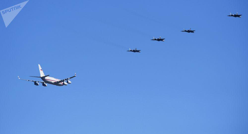 Six chasseurs de 5e génération Su-57 ont pour la première fois escorté l'avion de Poutine (vidéo)