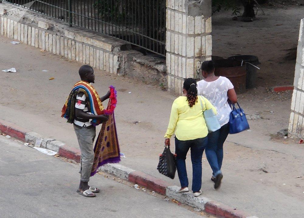Un vendeur de tapis de prière à Dakar