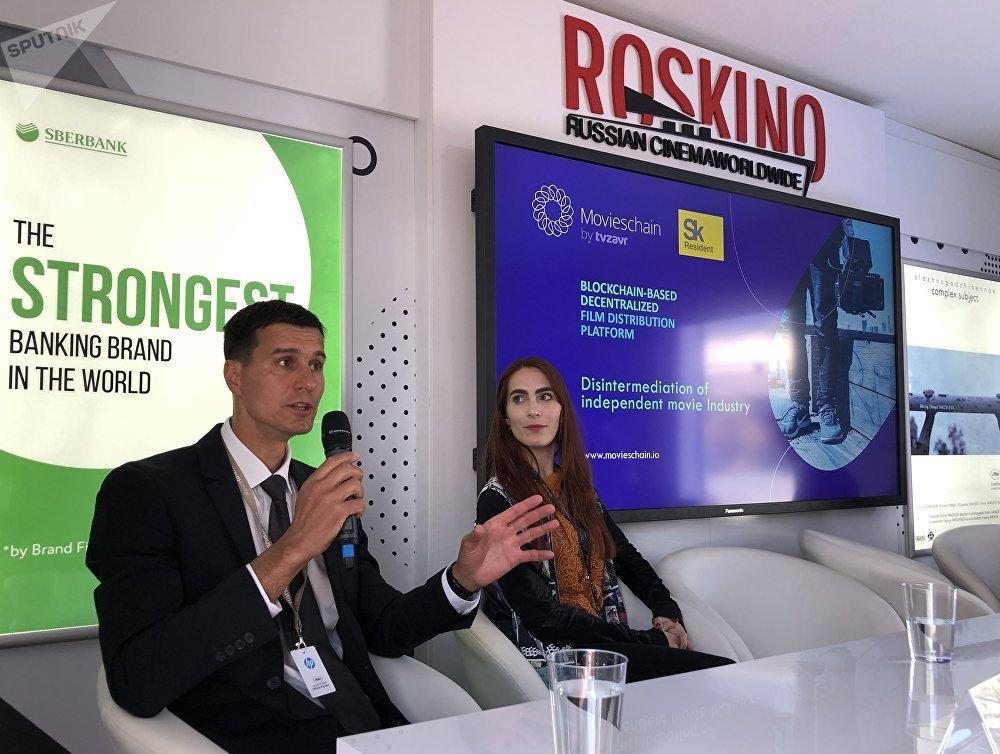 Marianne Bourg et Serguei Klimentov lors de la presentation de la start-up Movieschain by TVzavr dans le Pavillon russe à Cannes