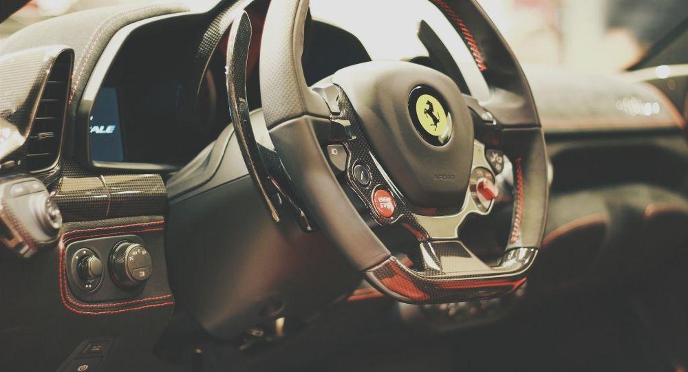 Le volant d'une Ferrari (image d'illustration)