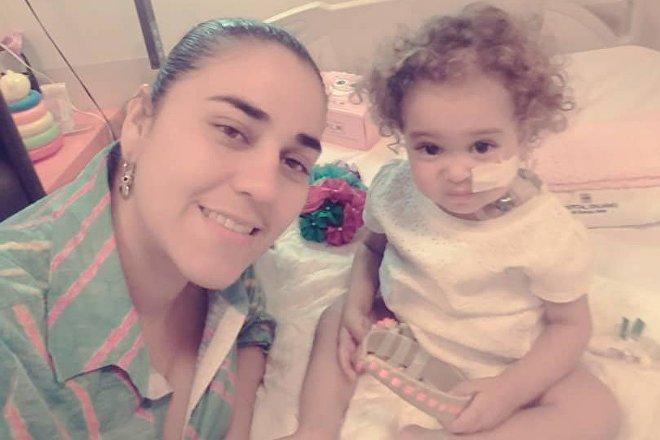 Yelibeth, la mère d'Isabella, a donné une partie de son foie à sa fille, mais l'efficacité du traitement délivré en Argentine est mise en péril car les États-Unis ont gelé les comptes de Citgo, la société appartenant à l'État vénézuélien qui le finançait.
