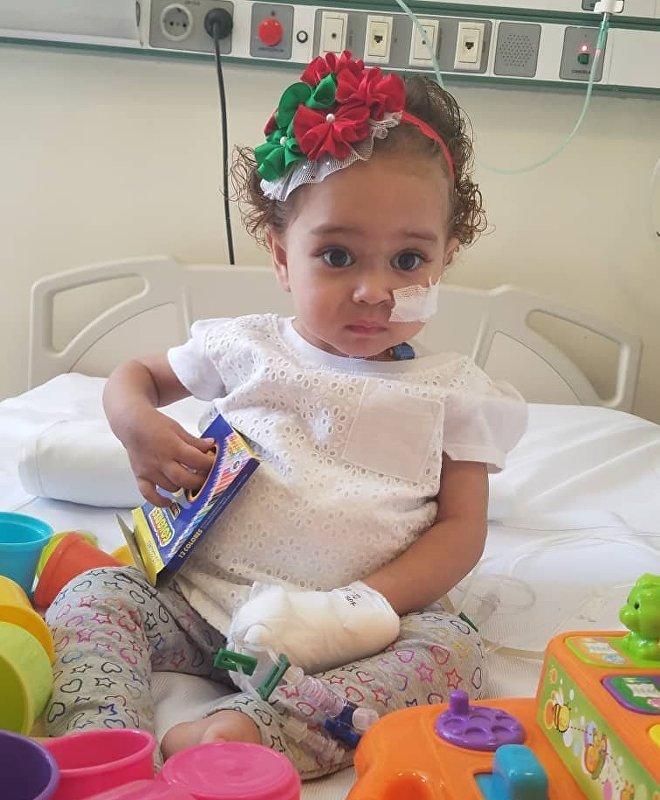 La santé d'Isabella est en danger car, pour assurer le succès de sa greffe du foie, il lui faut des médicaments coûteux que sa famille ne pourrait se permettre sans l'aide de l'État vénézuélien, alors que ce dernier est incapable de payer le traitement en raison du gel de ses avoirs aux États-Unis.