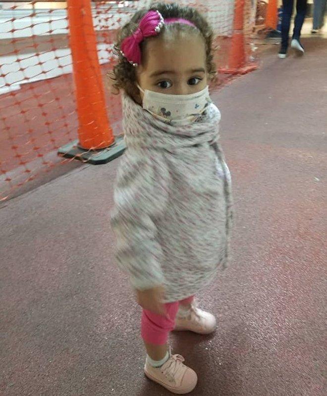 Isabella souffre d'une maladie congénitale qui l'a obligée à subir une greffe du foie, mais ses possibilités de traitement sont menacées en raison des sanctions américaines instaurées à l'encontre du Venezuela.