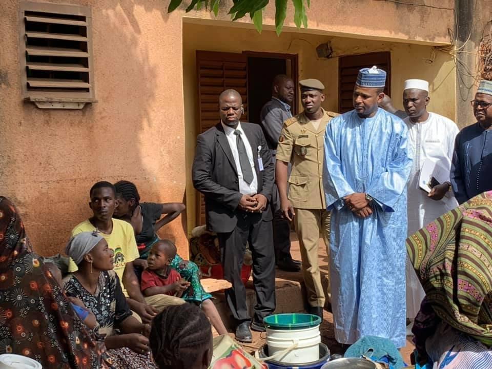 Le Premier ministre malien Boubou Cissé auprès des sinistrés des inondations Bamako.