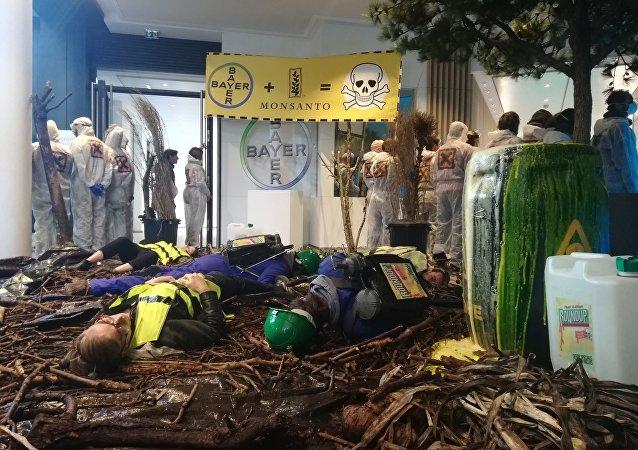 Opération nature morte pour dénoncer activités mortifères de Bayer-Monsanto