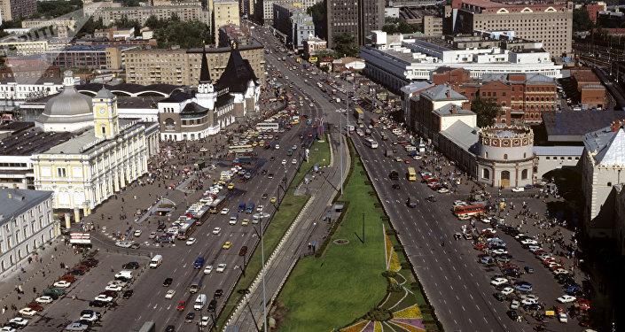 Place Komsomolskaïa. À gauche, les bâtiments des gares de Léningrad et de Yaroslavl. Reproduction du milieu des années 1990.