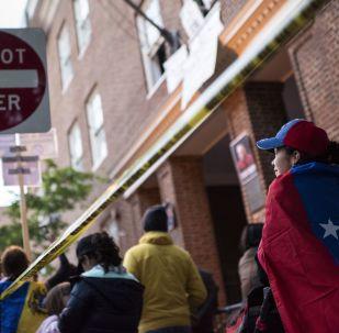 La police et les militants soutenant le Président Maduro à côté de l'ambassade vénézuélienne à Washington le 16 mai