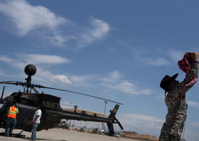 Un hélicoptère militaire léger et polyvalent OH-58 Kiowa