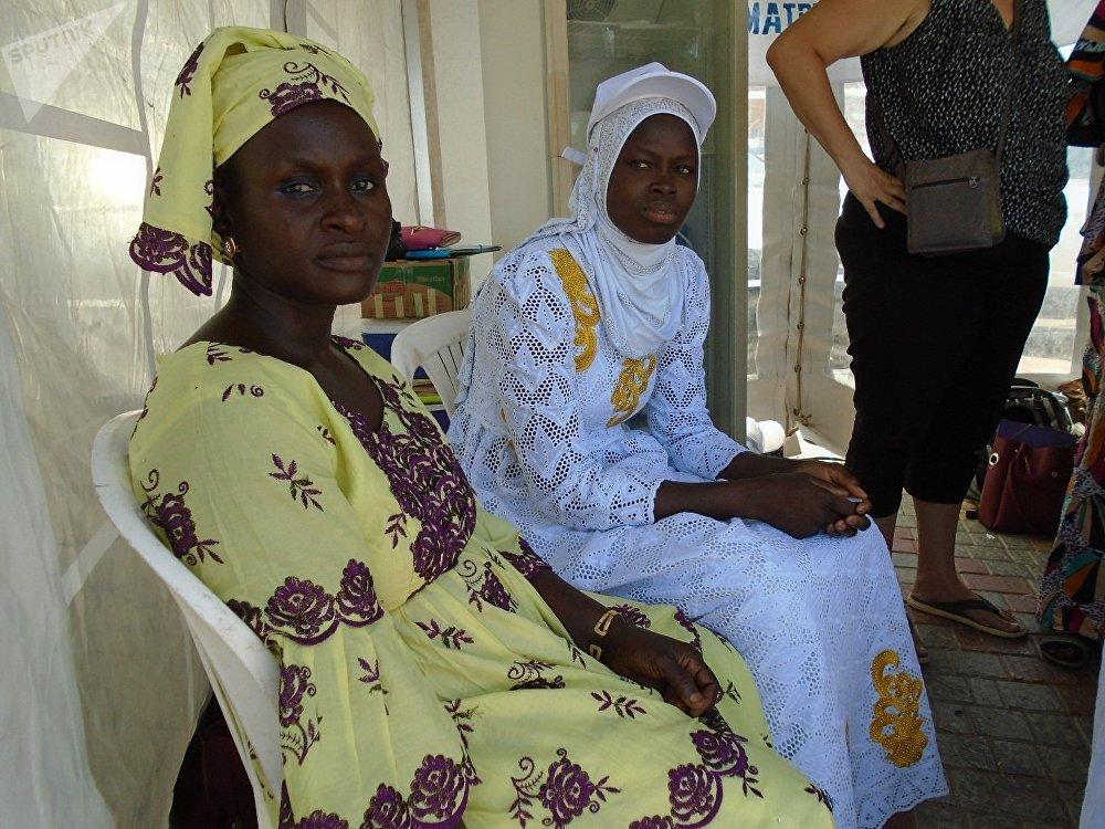 Coura Soumaré (G) et Marie Sarr (D), transformatrices sénégalaises de produits laitiers, à Dakar, lors de la célébration de la Journée mondiale du lait, le 1er juin 2019.