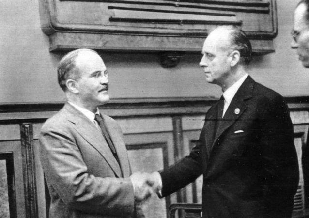Viatcheslav Molotov et Joachim von Ribbentrop