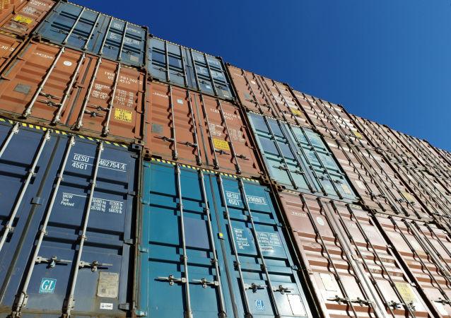 Des conteneurs dans un port.