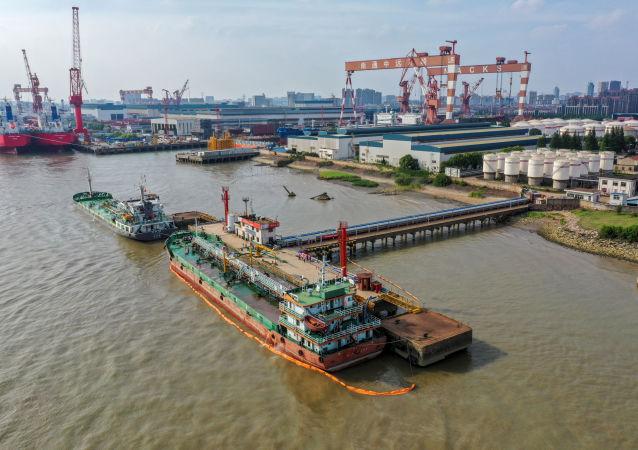 Un pétrolier dans le dépôt pétrolier de Sinopec Yaogang, dans la province chinoise de Jiangsu