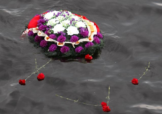 Une couronne de fleurs dans l'eau