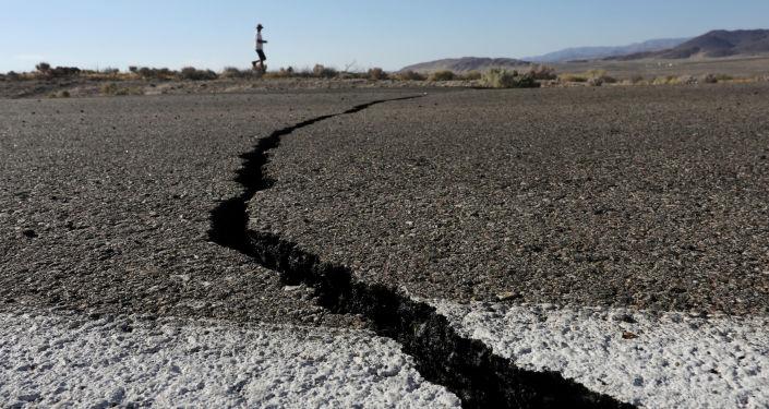 Une fissure après des séismes en Californie