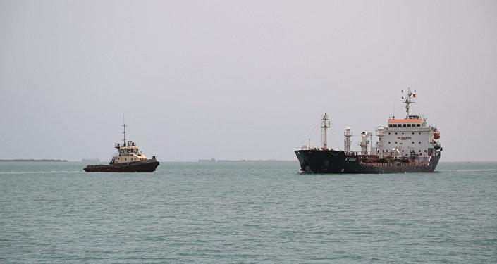 Des navires dans le port de Saleef, la province de Hodeida, mer Rouge
