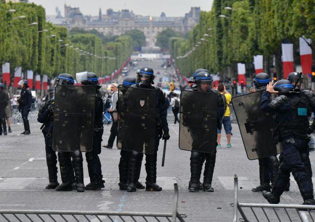 des policiers aux Champs-Elysées