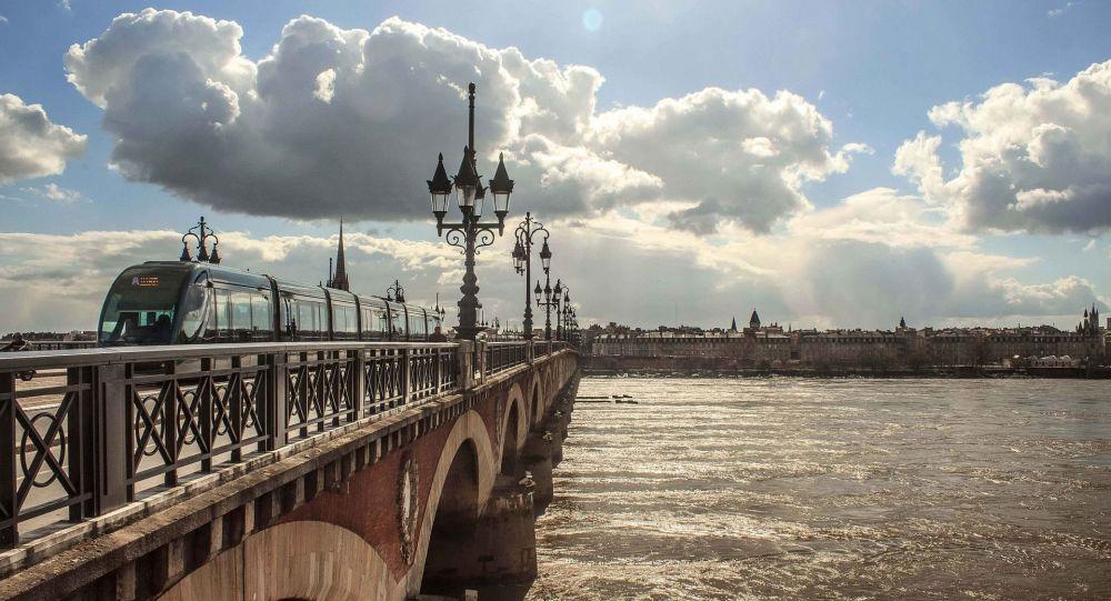 Le nouveau maire de Bordeaux veut alerter les citoyens sur les «dangers» de la 5G