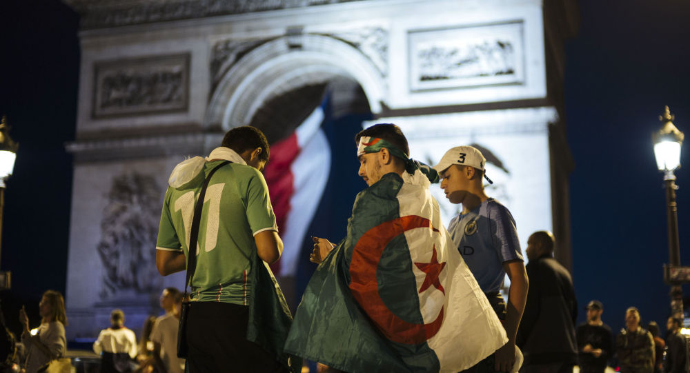 Des supporters algériens près de l'Arc de Triomphe après le match Algérie-Nigéria le 14 juillet